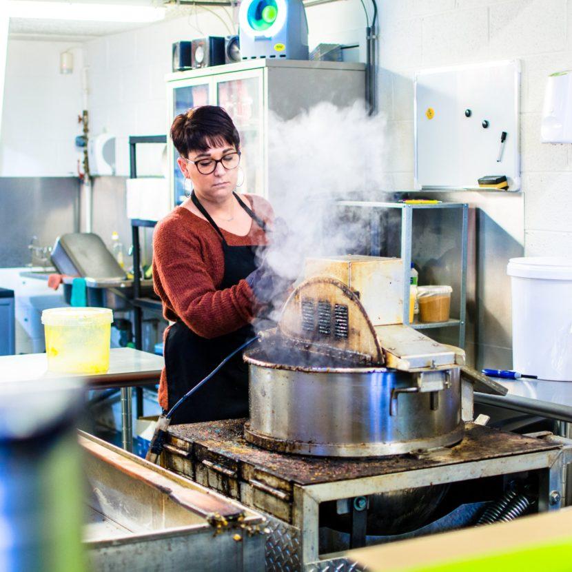 Co-gérante de Belgian Pop Corn en train de cuire des pop corns